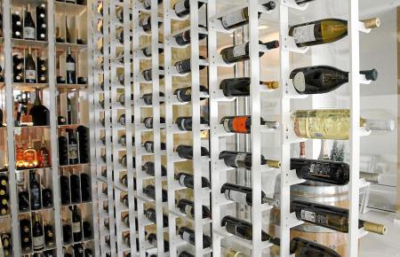 Das begehbare Weinlager im Restaurant Collins auf Mallorca.