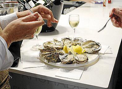 Mit spritzigem Cava oder Champagner schmecken die Austern am besten.