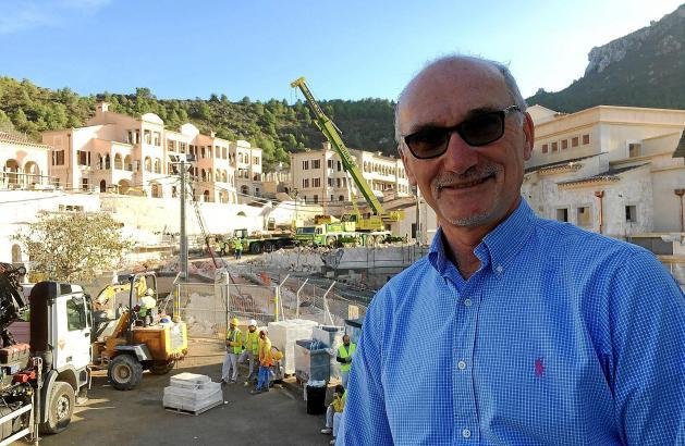 Hoteldirektor John Beveridge ist schon jetzt vor Ort, um den Aufbau des Hotels zu überwachen.