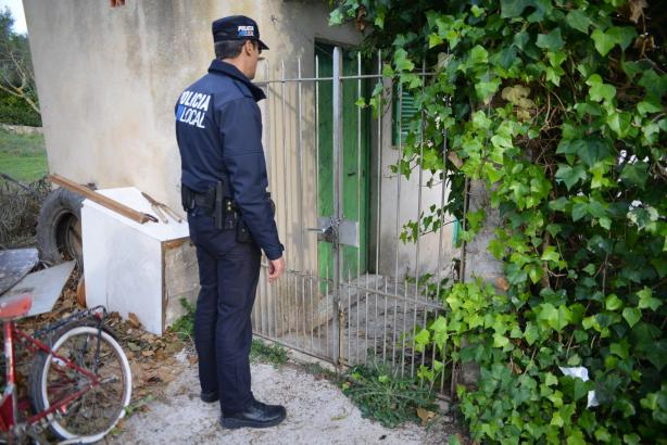 Polizeibeamte inspizierten das Haus des Pärchens in Andratx, Mallorca, in dem die Partys stattgefunden haben.