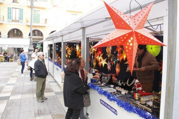 Der Weihnachtsmarkt auf der Plaça Major im Zentrum von Palma