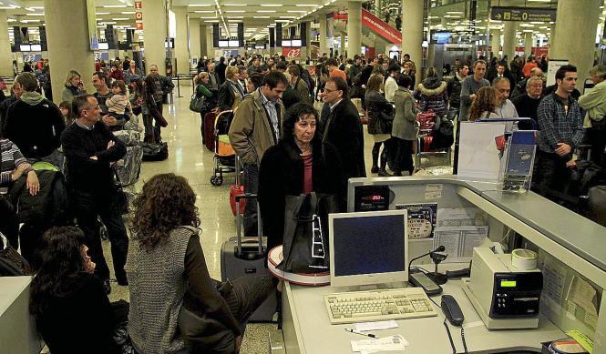 """Der sogenannte """"wilde Fluglotsenstreik"""" Anfang Dezember 2010 führte zu massiven Flugausfällen und Chaos an den Flughäfen."""