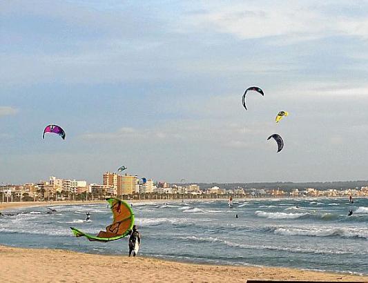 Der Wind frischt auf. An der Playa de Palma nutzten ihn bereits am Sonntag die Kitesurfer.