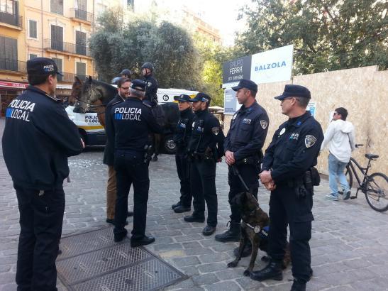 Lokalpolizei auf dem Rathausplatz von Palma de Mallorca.