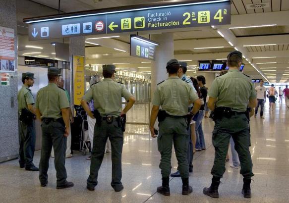 Am Flughafen in Ibiza nahm die Polizei den verwirrten Passagier fest