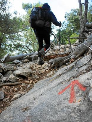 An manchen Stellen der Ruta de Pedra en Sec weisen farbige Markierungen den Weg.
