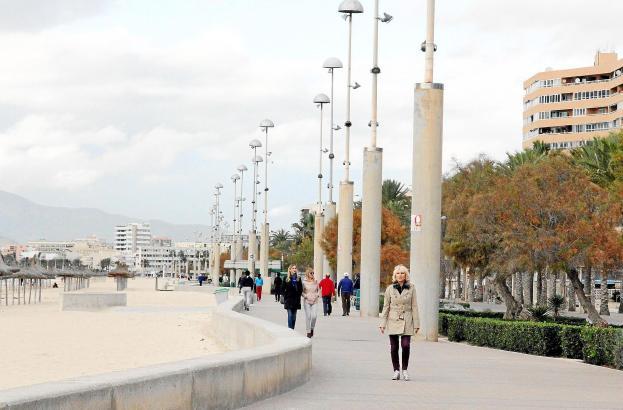 Die Playa de Palma Anfang der Woche: Von Überfüllung kann nicht die Rede sein, doch einige Touristen genießen auch im Winter ihr