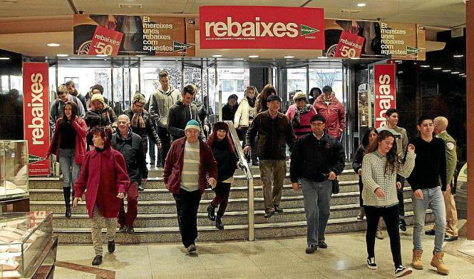 Auf gehen die Türen im Kaufhaus El Corte Inglés zum Schlussverkauf