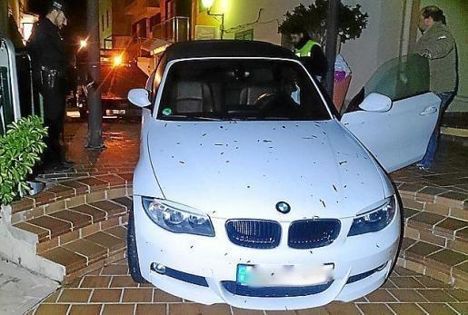 Der BMW mit Kennzeichen aus Hessen blieb auf einigen Treppenstufen hängen.