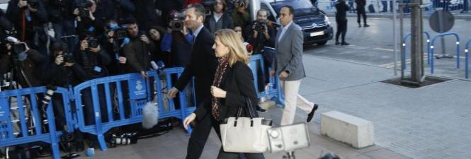 Die Schwester des spanischen Königs, Cristina de Borbón, und ihr Ehemann Iñaki Urdangarin auf dem Weg ins Gerichtsgebäude.