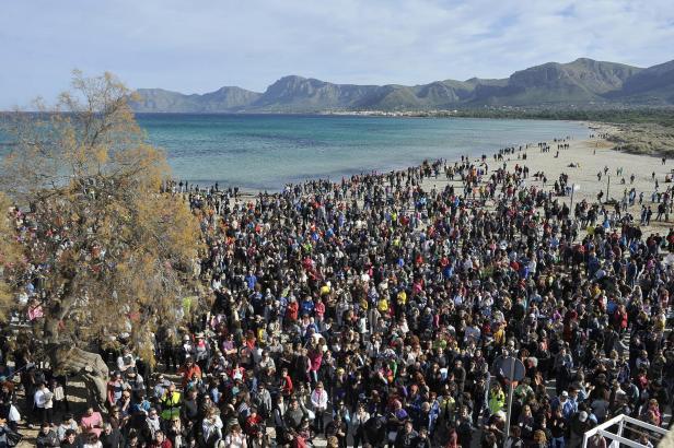 5000 Menschen versammelten sich am Strand von Son Serra de Marina