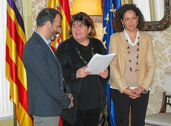 Der balearische Vize-Ministerpräsident Biel Barceló und Finanzministerin Catalina  Cladera (r.) übergaben den Gesetzentwurf pers
