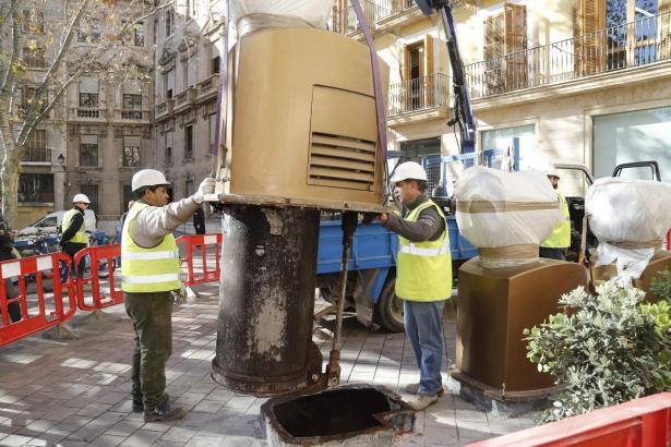 Aus dem Boden gehoben: Zwei Arbeiter entfernen Mülleinwurfboxen an der Plaça de Santa Eulàlia in Palma de Mallorca.