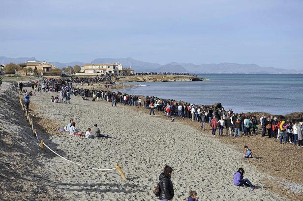Die Demonstranten formierten sich zu einer mehr als zwei Kilometer langen Menschenkette.