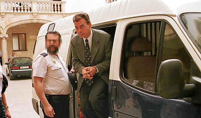 Der deutsche Radiologe Rüdeger Oyntzen auf dem Weg zum Gericht in Palma de Mallorca, das ihn 1998 zu 34 Jahren Haft verurteilte.