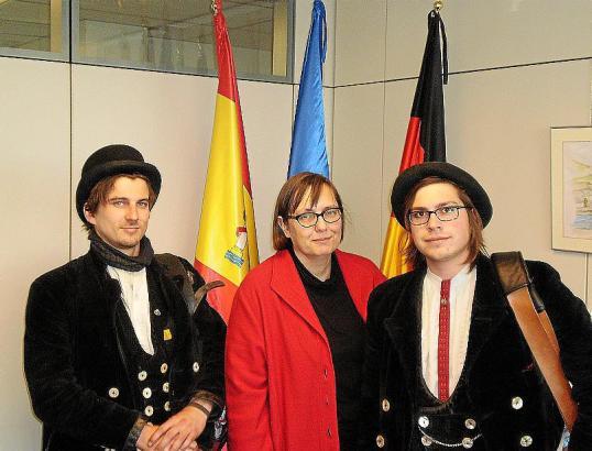 Die Wanderschaft führte sie nach Mallorca: Konsulin Sabine Lammers empfing die Zimmermänner Tom Preusche und Damian Tombers.