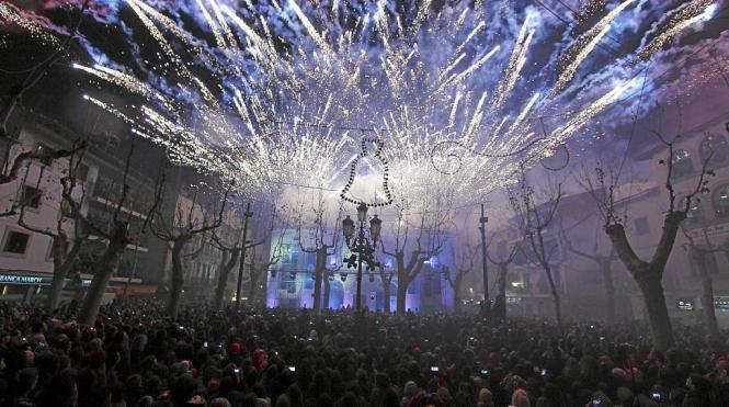 Unzählige Besucher bestaunen das Feuerspektakel der Hexennacht in Sa Pobla im Norden von Mallorca. Dieses Mal soll die Besucherz