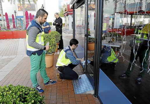 Polizeibeamte verplomben ein Restaurant in Palma de Mallorca.