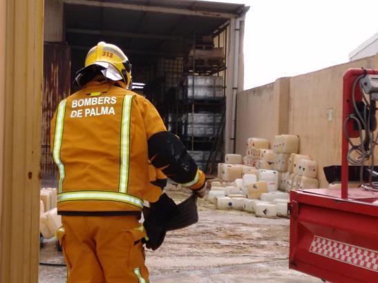 Die Feuerwehr beim Einsatz in der Chemiefabrik auf Mallorca.