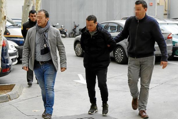 Beamte der Polizei führen den Festgenommenen dem Haftrichter vor.