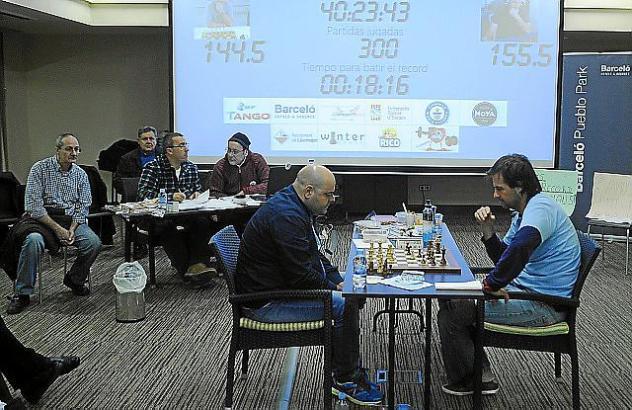 Die Schachspieler Joan Oliver und Toni Nadal aus Llucmajor bei ihrem Rekord-Event auf Mallorca.