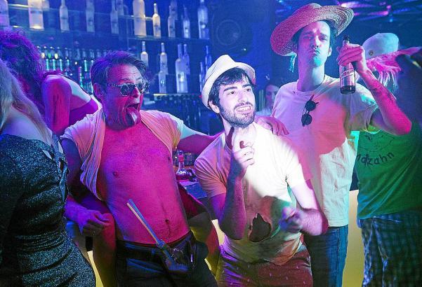 """Simon (Max Giermann), Nuri (Samy Challah) und Jacob (Max von Thun, v.l.n.r) feiern im Film """"Gut zu Vögeln"""" angeblich auf Mallorc"""