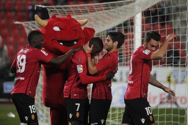 """Mallorca-Kicker Pereira feiert sein Tor mit Biel Company, Sissoko und Moutinho sowie Maskottchen """"Dimonió""""."""