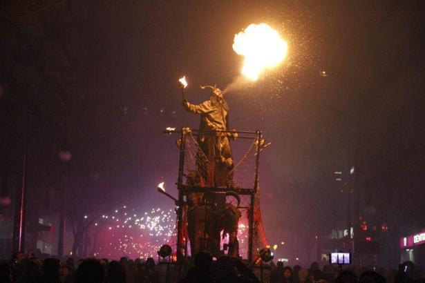 Feuerspukende Teufel begeisterten rund 7500 Zuschauer beim großen Correfoc am Samstagabend in Palma de Mallorca.
