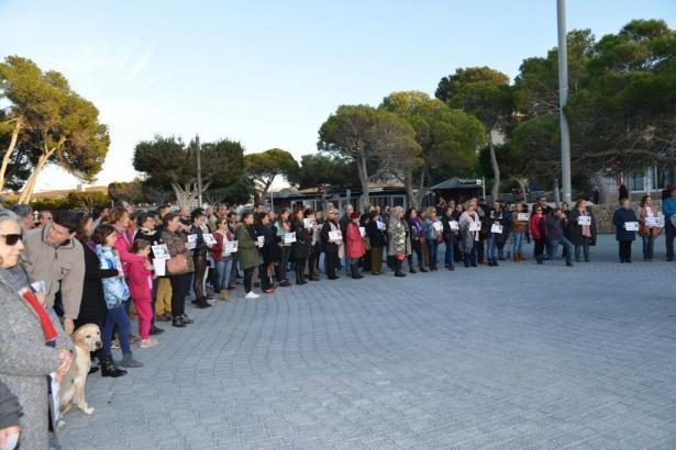 """Mit Plakaten mit der Aufschrift """"Calvià sagt Nein zu häuslicher Gewalt"""" haben 300 Menschen in Santa Ponça im Südwesten von Mallo"""