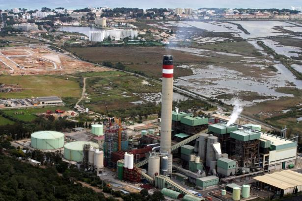Das Kraftwerk Es Murterar bei Alcúdia, das mit Steinkohle befeuert wird, ist der größte Energieerzeuger auf der Insel.