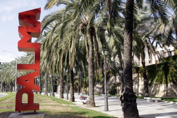 "Der Name der Stadt als Kunstwerk. ""Palma"" am Paseo Marítimo."