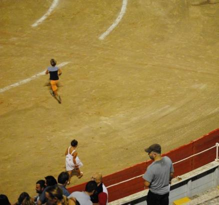 Zwei Kinder spielen in der Stierkampfarena in Palma de Mallorca.