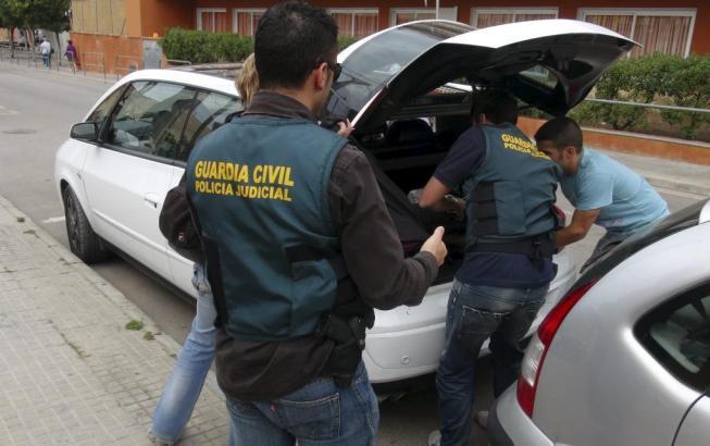 Beamte der Guardia Civil in Llucmajor im Süden von Mallorca bei den Ermittlungen.