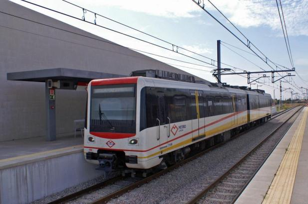 Die Metro von Palma de Mallorca im Bahnhof im Vorort Son Sardina.