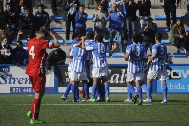 Die Spieler von Atlético Baleares feiern ihren Sieg in Palma de Mallorca.