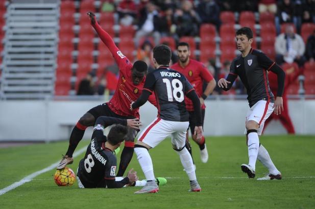 Pereira (Real Mallorca) versucht sich gegen die Schwarzen von Bilbao Athletic durchzusetzen.