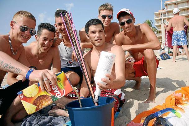 """""""Eimersaufen"""" am Strand. An der Playa de Palma auf Mallorca ist das nun wieder erlaubt."""