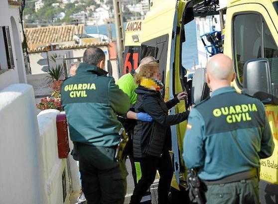 Die Frau, die in ihrem Haus in Port d'Andratx im Südwesten von Mallorca angegriffen wurde, musste mit leichten Verletzungen in e
