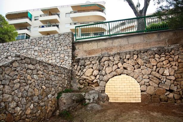 Ohne Funktion und ohne Nutzen: Die vergoldete Wand ist Sinnbild für eine Kultur der hemmungslosen Bereicherung.