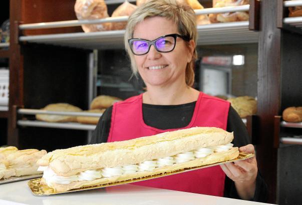 """Ana Maria Pou von der Bäckerei Forn de Baix präsentiert einen """"Cardenal""""."""