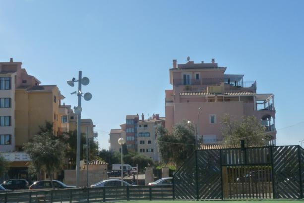 Auch an der Plaça de Mallorca im bei Touristen beliebten Cala Millor wurden ohne Genehmigung Videokameras installiert.