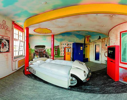 """So sieht das Themenzimmer """"Tankstelle"""" im zur """"Motorworld"""" gehörenden V8-Hotel bei Stuttgart aus."""