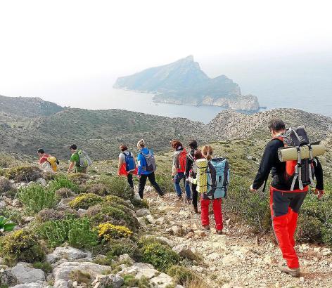 """Auf dem Weg nach Sant Elm bieten sich der Wandergruppe herrliche Ausblicke auf die """"Dracheninsel"""" Sa Dragonera."""