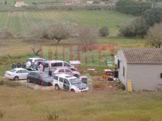 Die Polizei hat das Grundstück abgesperrt.