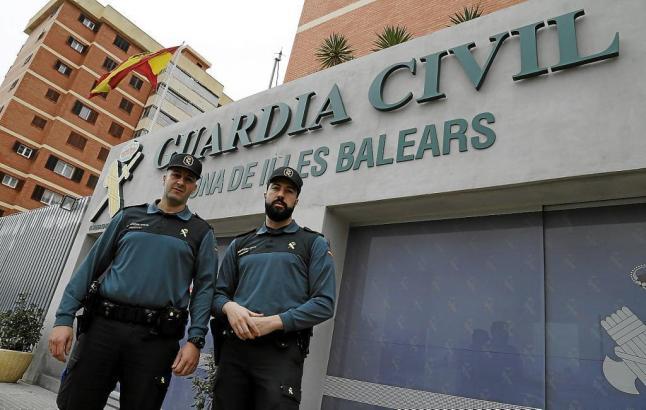 Die Retter Juanmi Rubio und Carlos García vor dem Polizeiposten Palma.