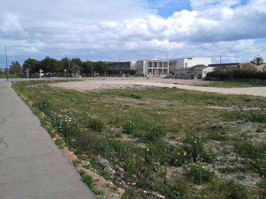 Auf diesem Grundstück neben der Schule von Santanyí entsteht die neue Feuerwache