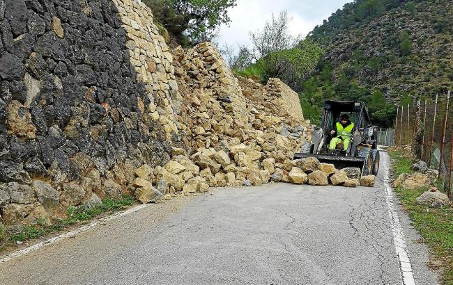 Von einer Mauer an der Ma-1101 waren Steine auf die Straße gefallen.