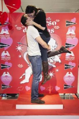 Alejandra und Fernando beim Kusswettbewerb in Palma de Mallorca.