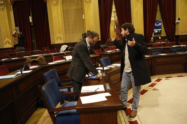Die Parteiführer von Podemos (Alberto Jarabo, r.)) und Més (Vize-Ministerpräsident Biel Barceló) sparten nicht an gegenseitigen