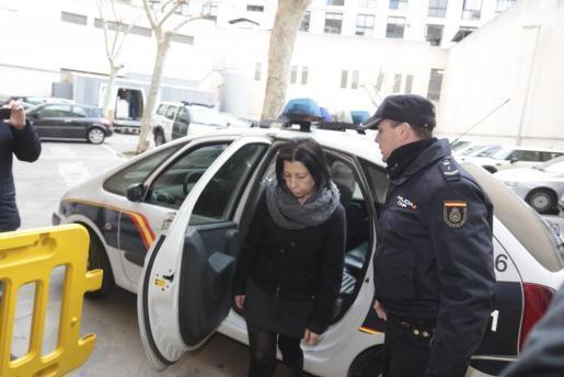 Maria Antònia Munar entsteigt einem Polizeiauto, das sie vom Gefängnis zum Gerichtsgebäude gebracht hatte.